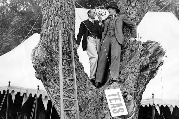 Lance Sieveking (right) with Colonel G.L. Thompson broadcasting a running commentary on the final bumping race from a tree in Rectory Meadow, Cambridge, June 1927