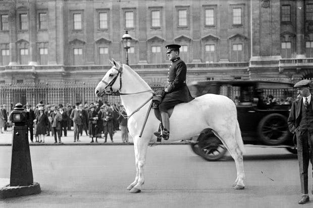 A police horse guards Buckingham Palace, 1937